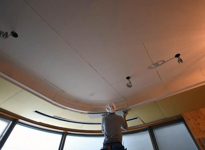 カーブ折り上げ天井際の石膏ボード張り