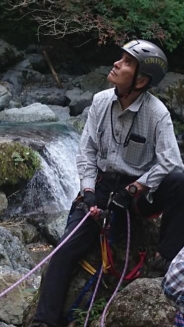 河床の大きな岩でセルフビレーで確保するSL