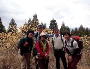 ミツバ岳にて(天候がよければ後方に富士山が写ったはず)