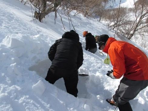 雪洞掘削中 かなりきつい
