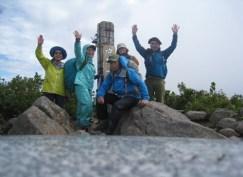 強風の守門岳山頂