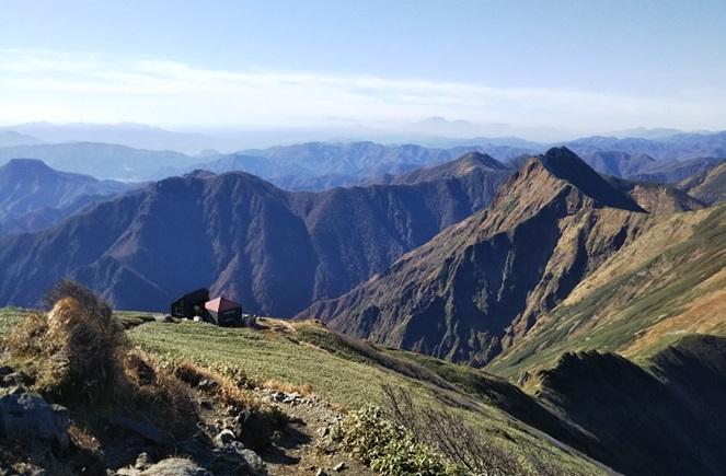 谷川岳山頂より肩の小屋方面を望む