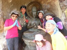 岩場を登った穴の中に何かの仏像