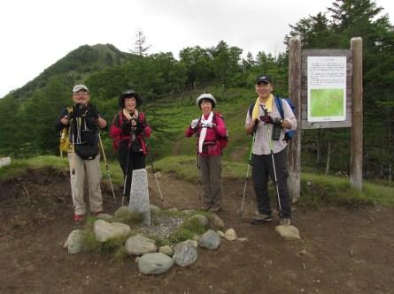 「小さな分水嶺」、後方に見えるのが笠取山  荒川、富士川、多摩川に分かれる境界地点