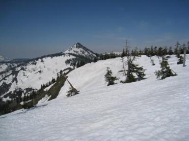 ヨサク岳山頂(1933m)から景鶴山の美しい姿