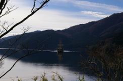 芦ノ湖を行く海賊船