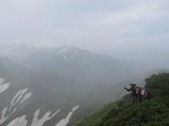 越中沢岳に向かって、後方は北薬師岳
