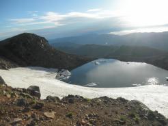 かつての噴火口には水が貯まる