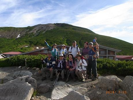 後ろは御前峰の山と室堂