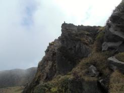 岩の上に人が見える