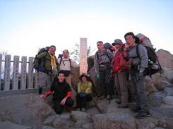 女体山山頂(877m) 風強し