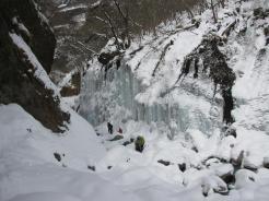 辰年らしく白く凍り、うねる雲竜瀑