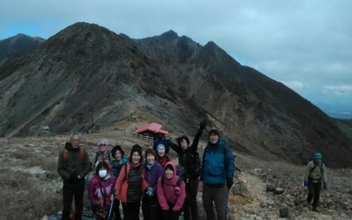 朝日岳を背にして集合写真