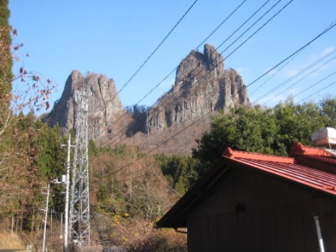 南口登山口より高岩山を望む