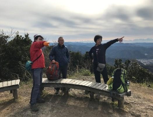 展望台にて富士山を指さす