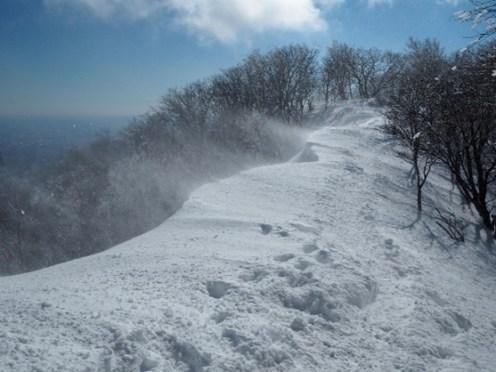 張り出した雪庇とブリザード