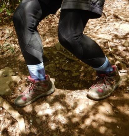 下り傾斜では、足首と膝の角度が大事