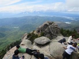 瑞牆山からの絶景。老若男女や外人まで大勢がいらしてました。後ろは八ヶ岳
