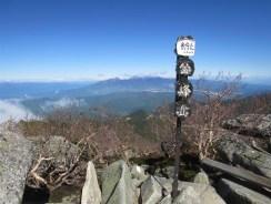 金峰山山頂。快晴で富士山や北岳、八ヶ岳もクッキリ