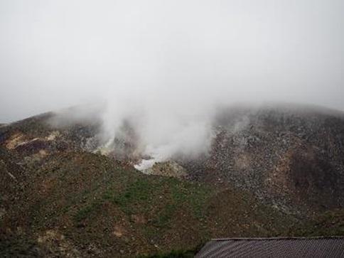 噴煙上げる大穴噴火口