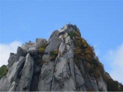 (烏帽子岳)鎖無しの岩に登る人。