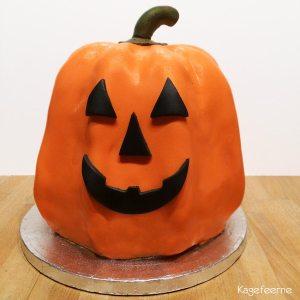 Halloween kage af græskar med ansigt