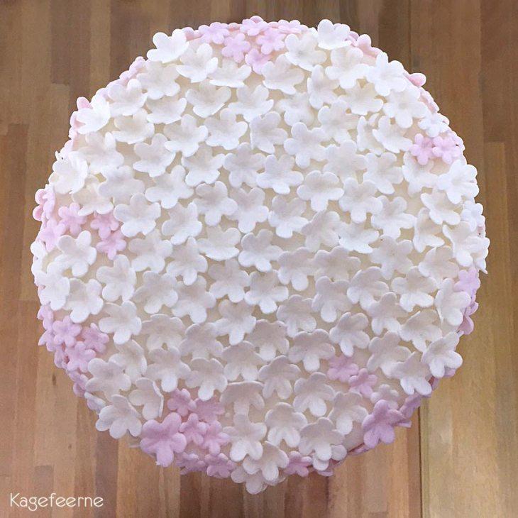 Hvid lyserød blomsterkage til konfirmation