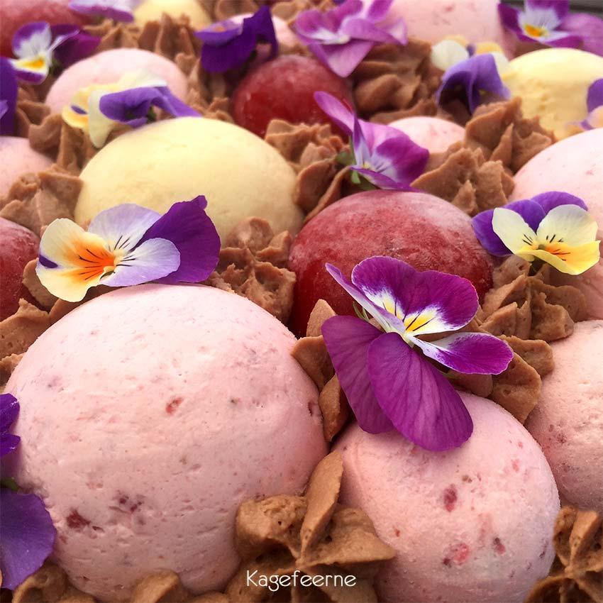 Kage med moussebomber og blomster