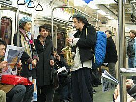 地下鉄車内のジャズ演奏