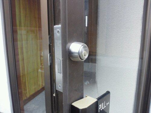 たつの市でテナント店舗の玄関入口 鍵の交換 20120227