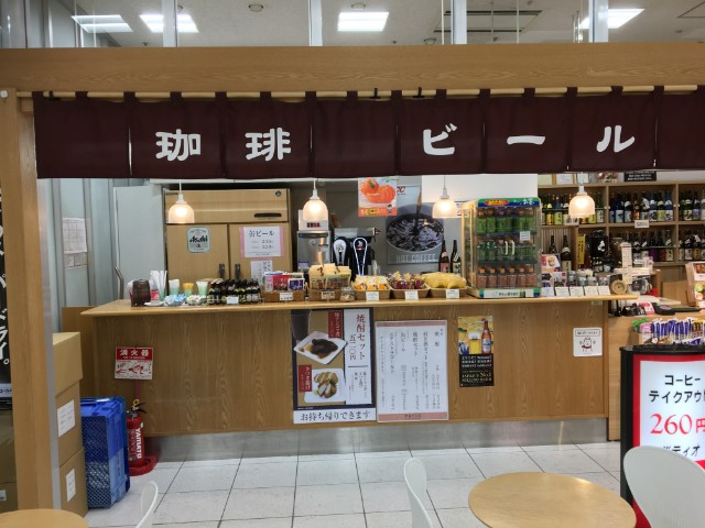 うどん屋さんに隣接しているお持ち帰りコーナーです。駅弁・おかし・アルコール・ソフトドリンク・おつまみ・そして焼酎 BAR!があります。簡単にいうと、新幹線のワゴンサービスが店舗になった感じでしょうか。車内サービスより種類が多いので、鹿児島中央駅から新幹線に乗る場合は、構内で駅弁を買うのはありです。