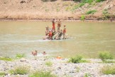 川で遊ぶ僧ども。托鉢の時の神妙な顔つきがここでは子供らしい本来の笑顔が爆発。ほのぼのしました。