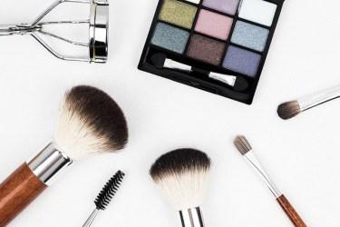 リビングでメイクする人も多い!化粧品の便利な収納方法