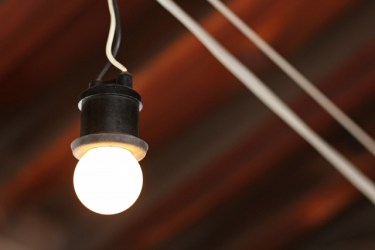 LED電球とソケットと100均の材料で自作照明を作ろう