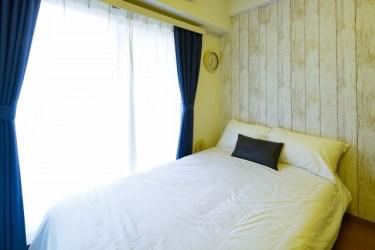 ベッドルームの壁はお洒落なリメイクシートで簡単リフォーム