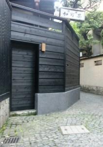 石畳とマンホールと兵庫横丁