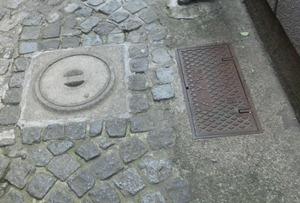 石畳とマンホールと紅小路
