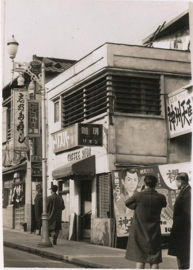 昭和30年後半の神楽坂通り(新宿歴史博物館提供)