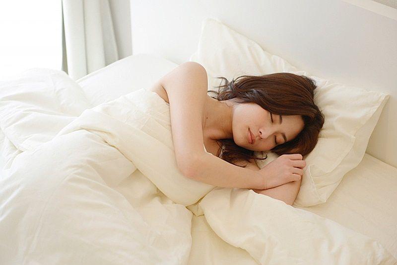 ゆったり眠る女性