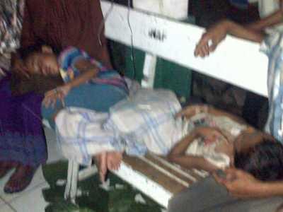 Korban keracunan yang tak tertampung lagi di ruangan rawt inap Puskesmas Sape, Sabtu Malam (19/10/13). Foto: Man