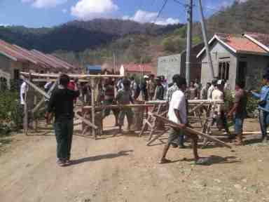 Aksi penyegelan di Perumnas Kelurahan Sambinae. Foto: DEDY