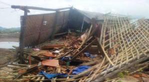 Salah satu rumah warga yang rata dengan tanah dihantam puting beliung. Foto: Abu