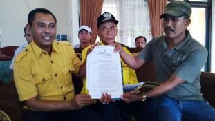 H. Makruf Efendi (Tengah) didampingi Wahyudin S.Ag (Kiri) menunjukan SK penunjukan dirinya menjadi Plt Ketua DPD II Partai  Golkar Kabupaten Bima. Foto: Bin