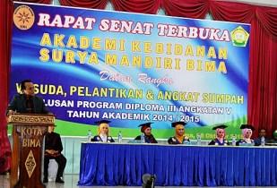 Ketua Yayasan Akbid Surya Mandiri Bima, H.Jubair S.Km M.Kes saat memberikan sambutan. Foto: Eric