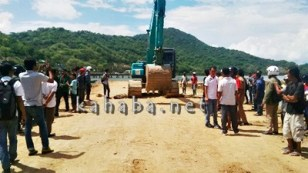 Warga Dara dan mahasiswa saat menggelar aksi dan menghentikan penimbunan laut Amahami. Foto: Bin