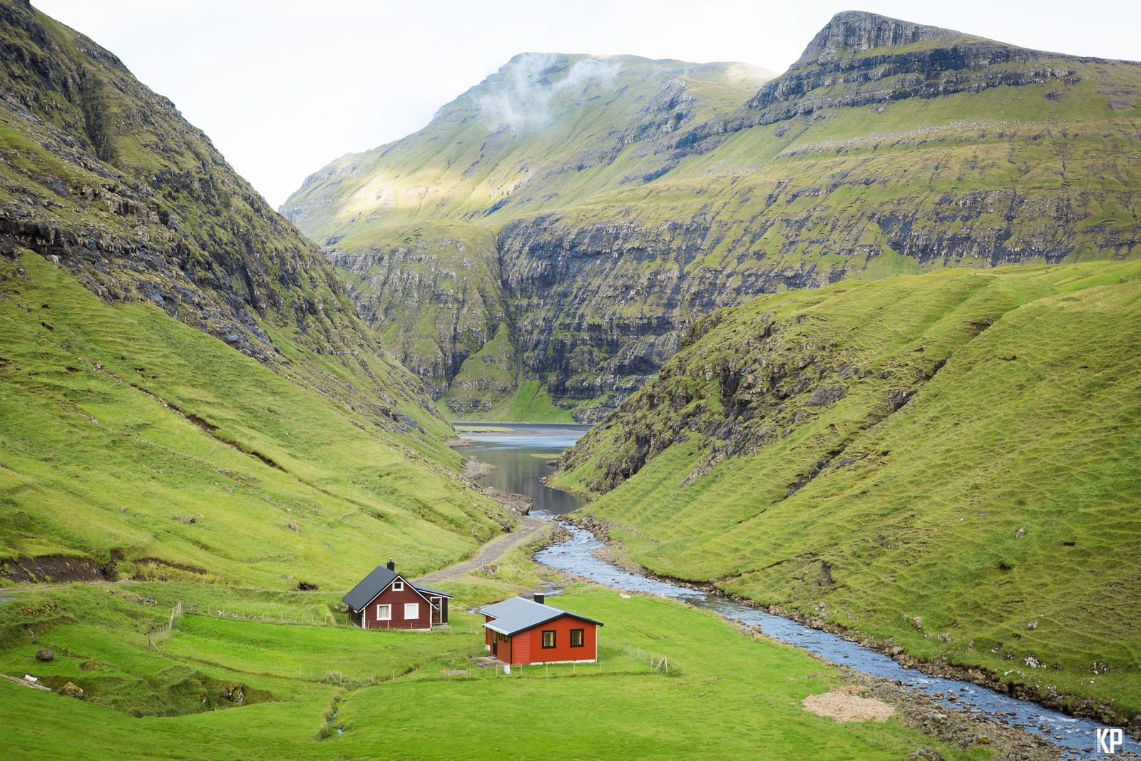 Faroese_homes_in_a_valley
