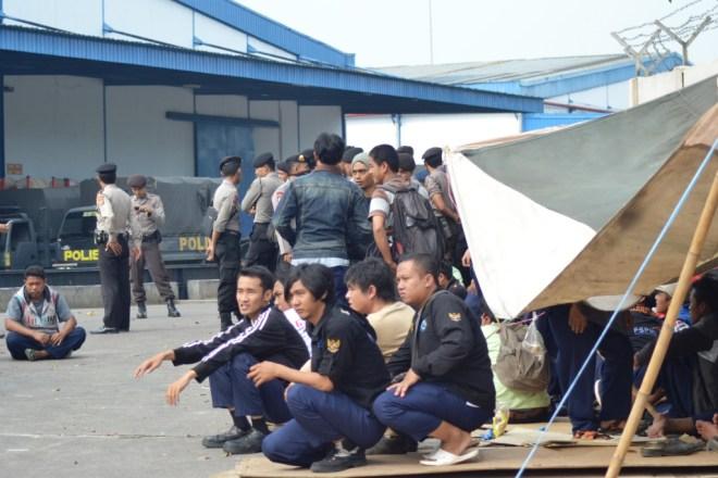 Karena diminta meninggalkan Musholla, ia dan kawan-kawannya ke tenda perjuangan | Foto: Tim Media FSPMI Purwakarta