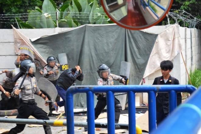 Buruh yang masih bertahan dipukuli | Foto: Tim Media FSPMI Purwakarta
