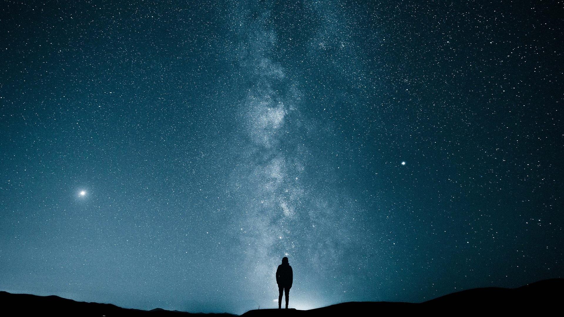gökyüzüne bakan adam