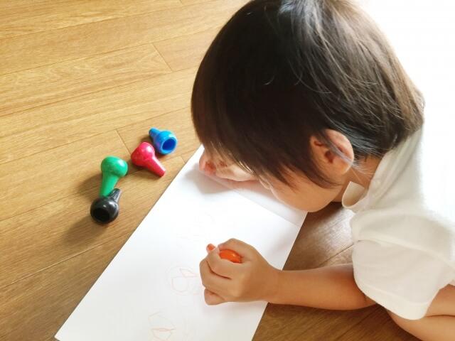 お絵描きする赤ちゃん